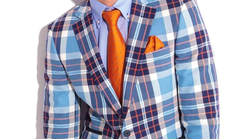 Bunt gemusterter Casual-Sako aus Blau- und Orangetönen mit oranger Krawatte.