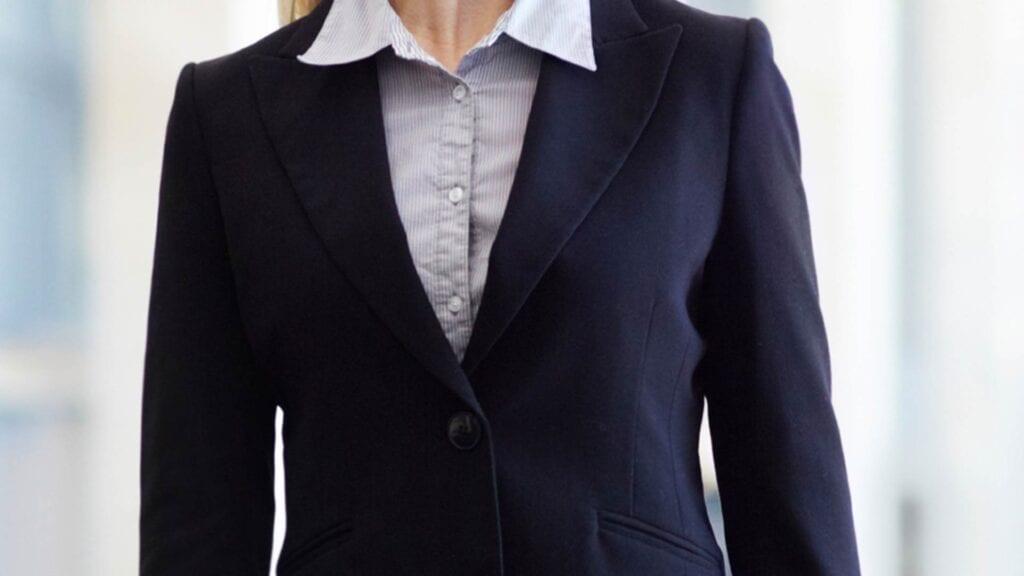 Schwarzer Damen-Blazer mit grauer-blauer Bluse.