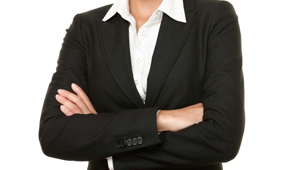 Schwarzer Damen-Blazer mit weisser Bluse.