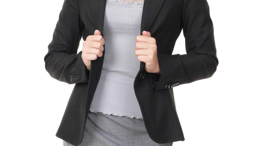 Schwarzer Damen-Blazer mit grauem Unterteil.