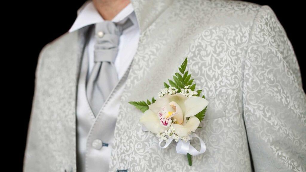 Heller Hochzeitsanzug mit Muster.