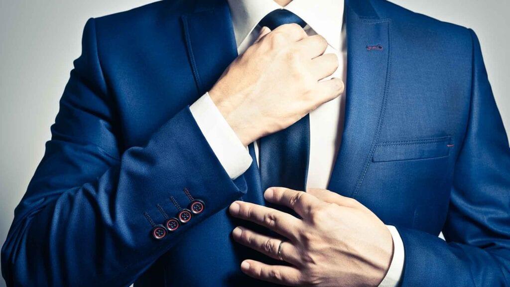 Königsblauer Business-Anzug mit weissem Hemd und blauer Krawatte.