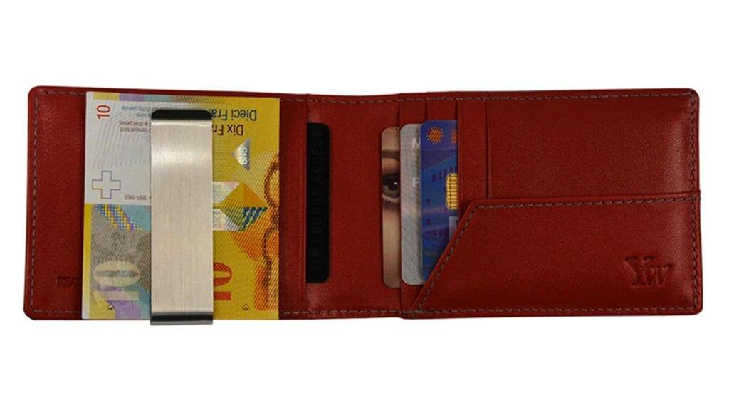 Braune Brieftasche mit Inhalt.