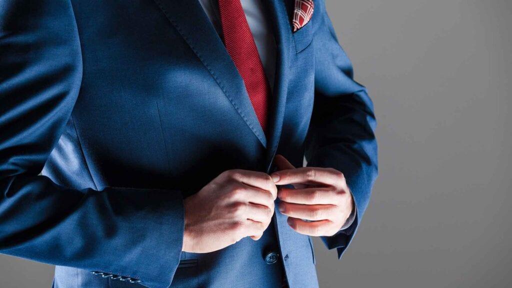 Königsblauer Business-Anzug mit roter Krawatte.