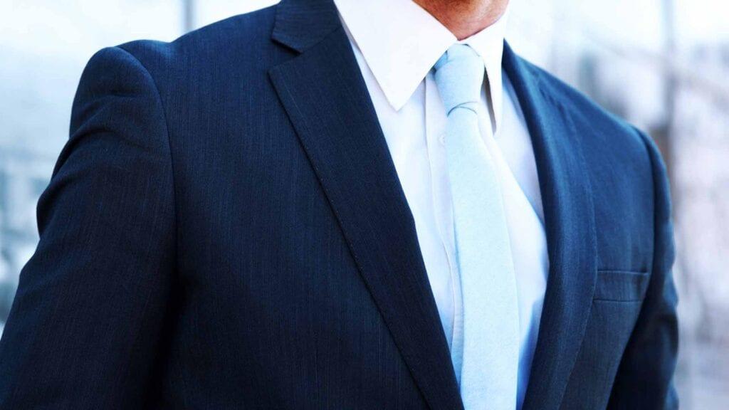 Blauer Business-Anzug mit weissem Hemd und hellblauer Krawatte.