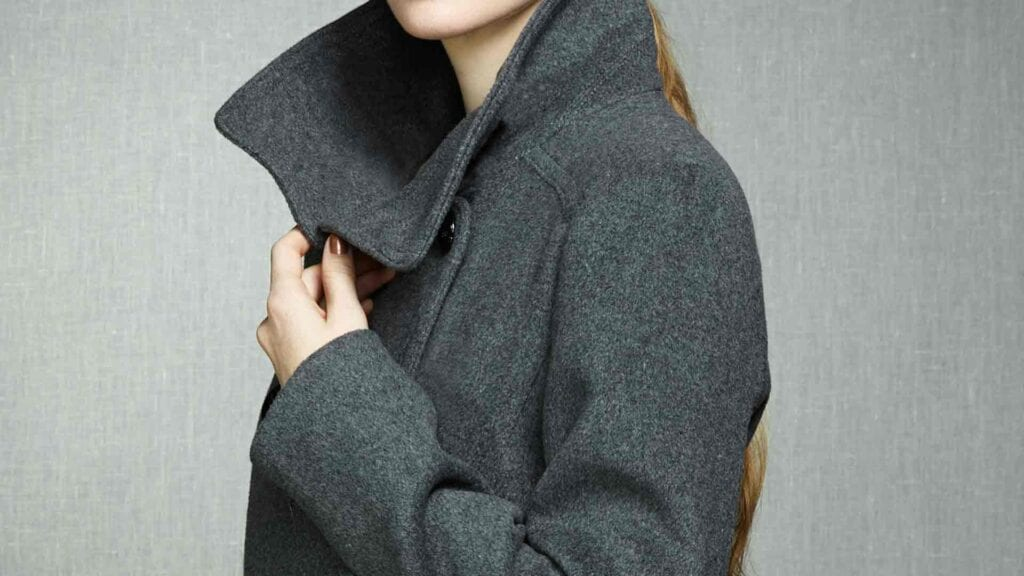Grauer Mantel von der Seite fotografiert.