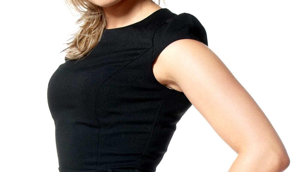 Schwarzes Etui-Kleid.