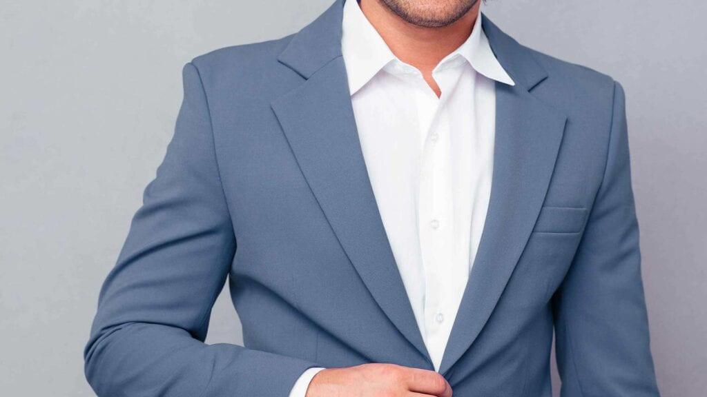 Blau-grauer Blazer mit weissem Hemd.