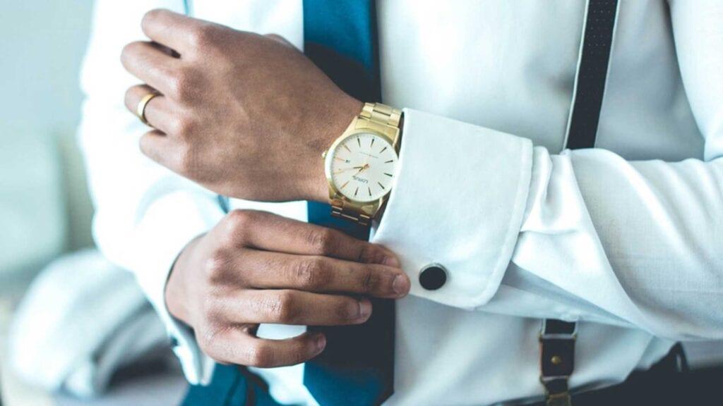 Weisses Hemd mit blauer Krawatte.