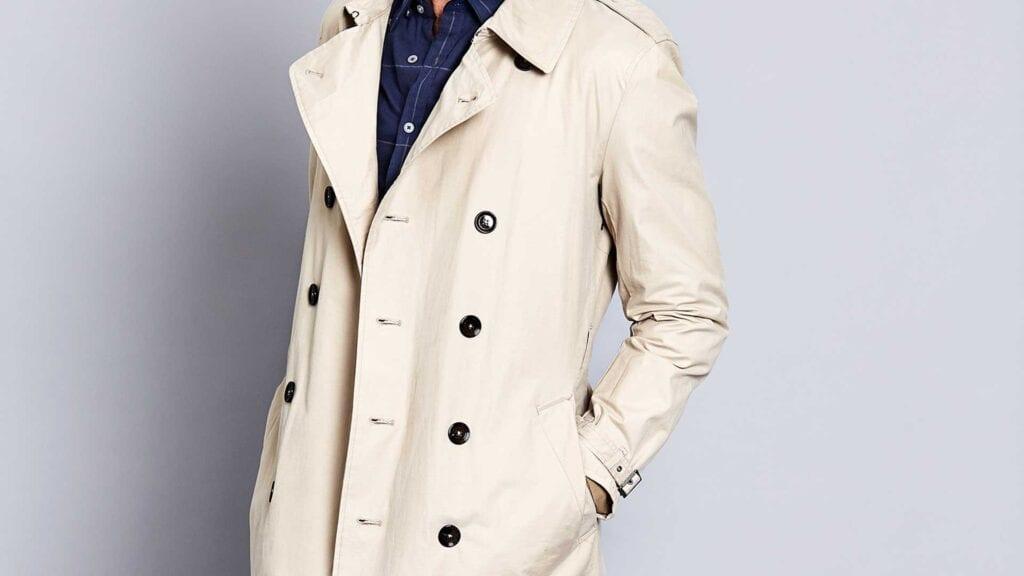 Beiger Trench-Coat für Herren.