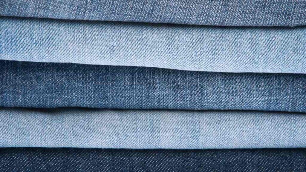 Stapel mit verschiedenen Jeans.