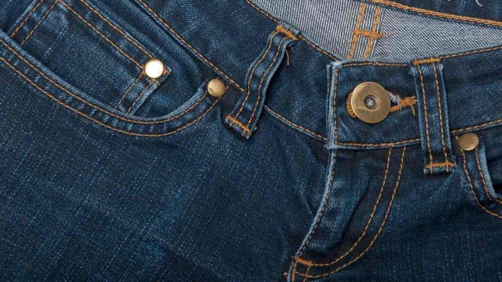 Bund einer Jeans-Hose.