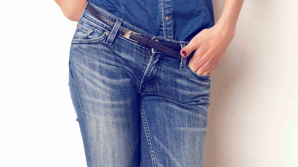 Jeanshose mit Gürtel.
