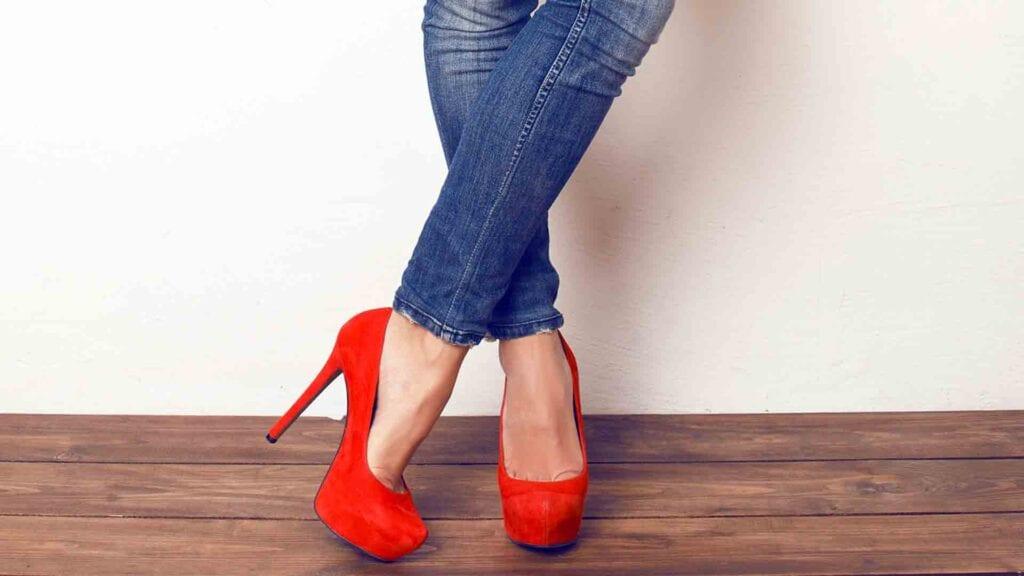 Rote Pumps und blaue Jeans.