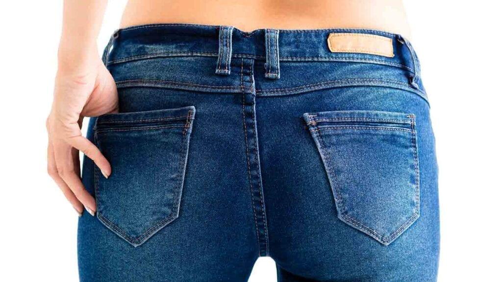 Frau mit Jeans-Hose fotografiert von hinten.