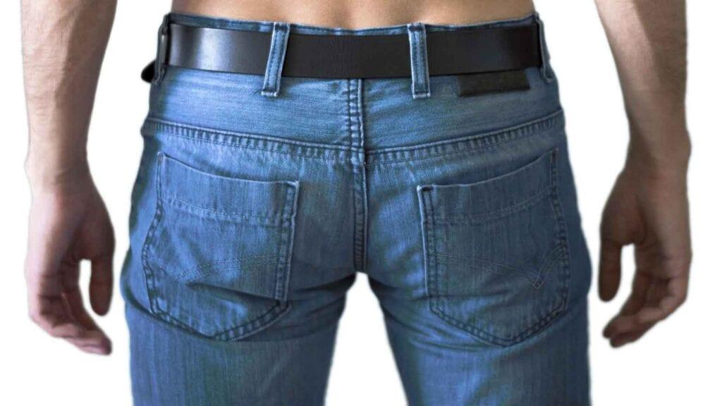Mann mit Jeans und Gurt von hinten fotografiert.