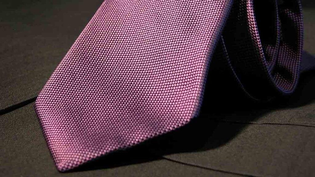 Lila Krawatte dunkler Struktur.