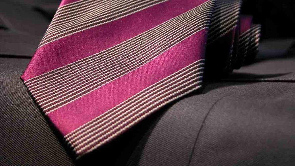 Pinke Krawatte mit dunkelrot-weissen Linien.
