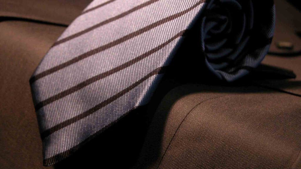 Lila Krawatte mit braun-schwarzen Linien.