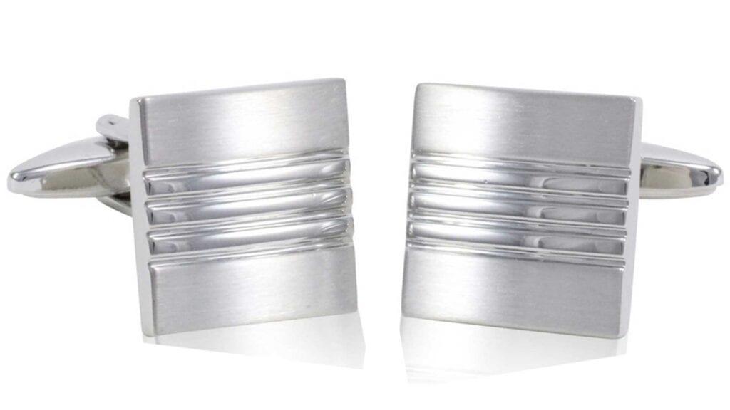 Silberne, quadratische Manschettenknöpfe mit Linien.