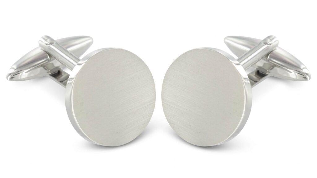 Silberne, runde Manschettenknöpfe.