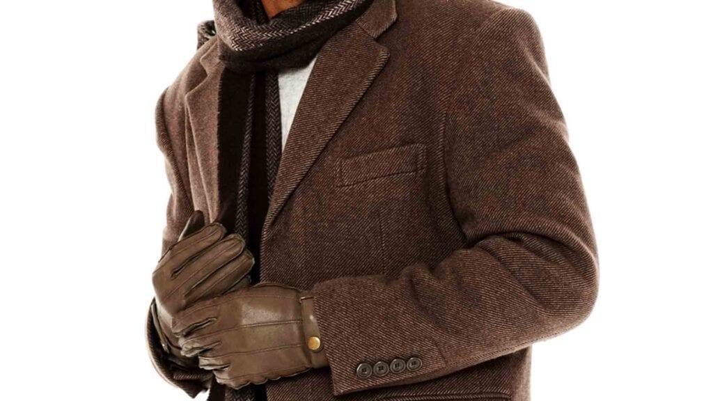Brauner Herrenmantel mit Schal und braunen Lederhandschuhen.