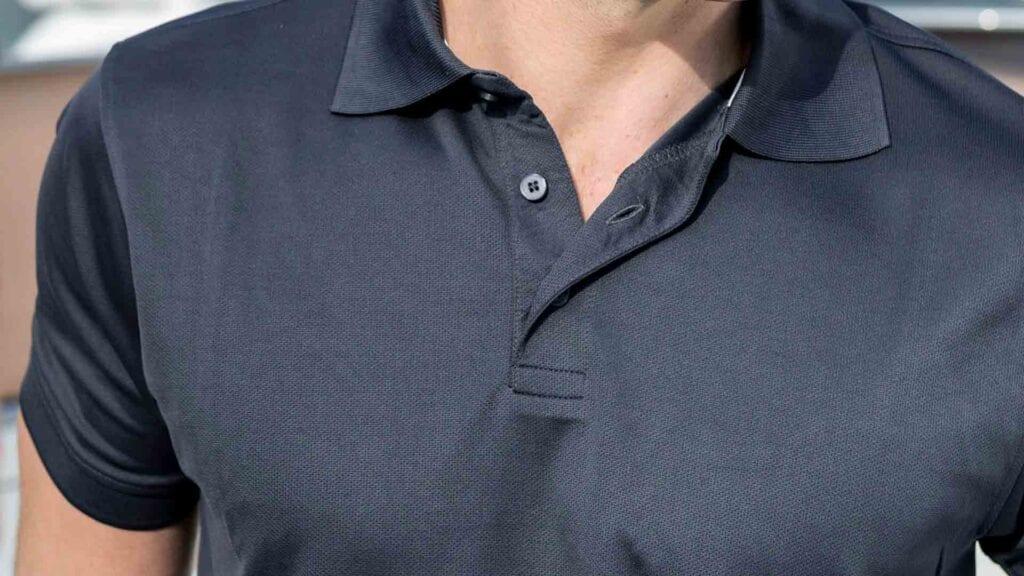 Dunkles Polo-Shirt für Herren.
