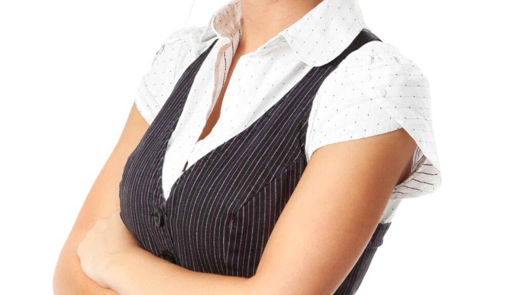 Schwarze, gestreifte Damen-Weste mit weiss getupfter Bluse.