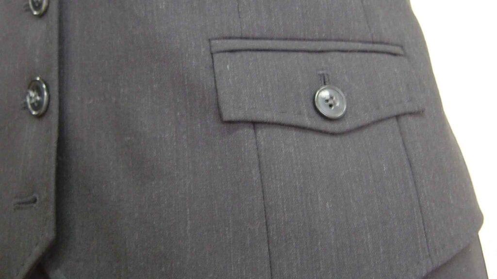 Tasche einer grauen Damen-Weste.