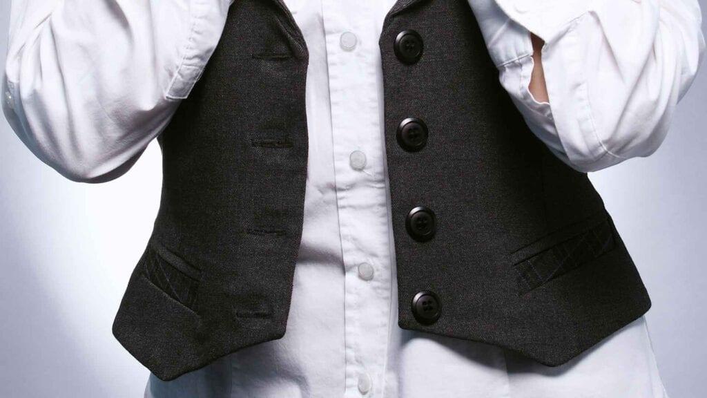 Schwarze Damen-Weste mit weisster Bluse.