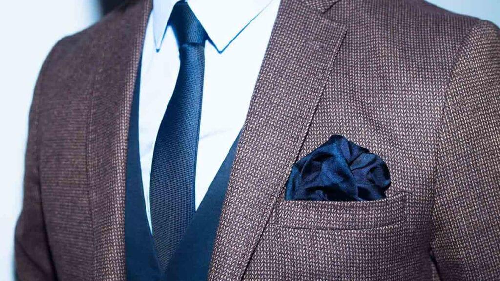 Lila-schwarzer Blazer mit blauer Weste und blauer Krawatte.